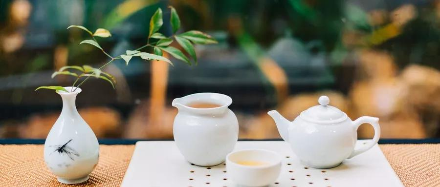 最近,你喝的是奈雪茶还是喜茶?作为国内两家知名茶饮品牌,奈雪茶和喜茶分别以主打茶+软欧包和芝士奶盖为广大消费者所熟知。然而,日前,奈雪茶创始人彭心在微信朋友圈直接点名喜茶创始人聂云宸,怒怼喜茶抄袭,一时间网友纷纷对两家茶饮品牌进行了热烈讨论。   彭心这样写道:抄完奈雪的芝士草莓,又抄霸气蜜桃,抄霸气黑提,又抄霸气石榴,再来抄软欧包。除了当年芝士草莓是在奈雪上了四个月后上的,其他都是隔了一年跟着奈雪回归产品上。面对彭心的指责,喜茶创始人聂云宸直接回复道:创新不是抢时间占位,如果是这样我